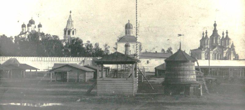 Далматовский монастырь и торговая площадь города (с почтовой открытки 1909 года)