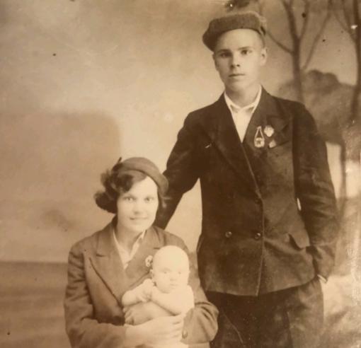 Довоенное фото Н. И. Абакумова с женой Клавдией Владимировной и сыном Юрием.